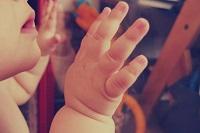Bébé mains signe